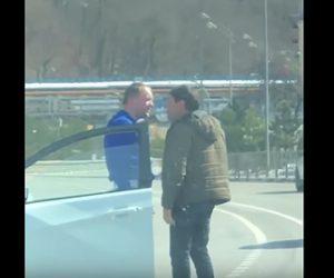 【衝撃】ロードレイジで男性2人が車道で激しい言い争いになるが…