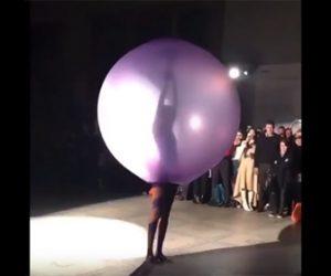 【衝撃】巨大風船の中に入っている女性。女性のファッションが斬新すぎる衝撃映像
