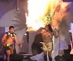 【炎上】女性が頭に巨大な羽飾りを付けてステージを歩くが羽飾りに火が燃え移り…