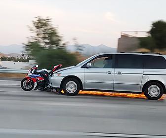 【衝撃】高速道路で猛スピードで走る車がバイクを引きずり火花を散らして走る衝撃映像