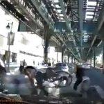 【事故】横断歩道を渡る自転車や歩行者に猛スピードの車が突っ込む衝撃事故映像