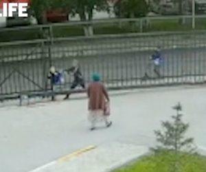【衝撃】少年が鉄の門に頭を挟まれ身動きが取れなくなる衝撃映像