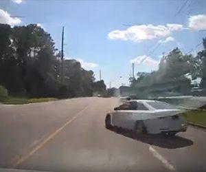 【事故】後方を確認せずUターンをする車に直進車が突っ込んでしまう事故映像