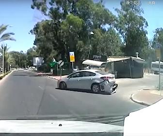 【事故】高齢女性が運転する車がコントロールを失い標識や看板をなぎ倒し暴走する衝撃映像