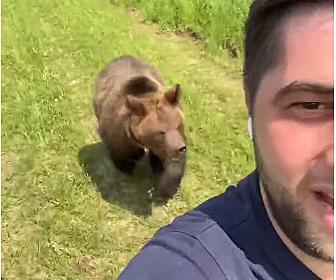 【動物】走って逃げる男性をクマが追いかけてくる衝撃映像