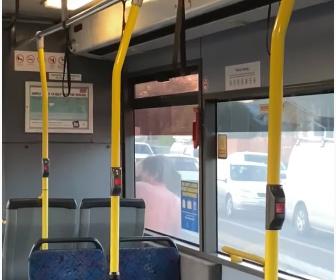 【衝撃】男が道路標識を持ち道を走るバスに殴りかかってくる衝撃映像
