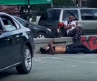 【衝撃】若者たちが乗った車がバスケットコートで暴走。男が車から振り落とされ…