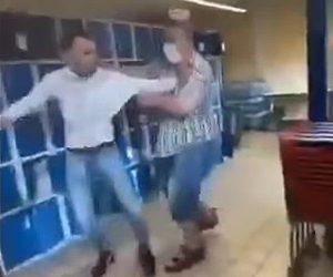 【衝撃】買い物客VSレジの店員 店員が後ろを向いた客を蹴ろうとするが…