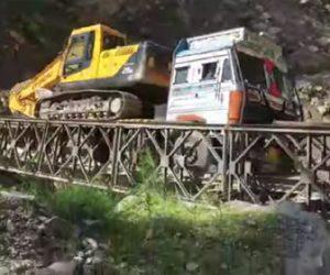 【事故】重機を積んだトラックが橋を渡ろうとするが重すぎて橋が崩落してしまう衝撃事故映像