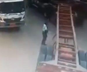 【衝撃】セミトレーラーを誘導する警備員がトレーラーの後輪にひかれてしまう衝撃事故映像
