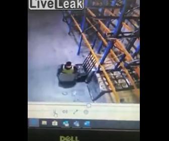 【衝撃】倉庫でフォークリフトを運転する男性に悲劇が…