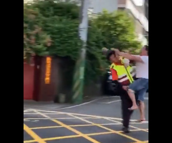 【暴行】酔っ払った男がレンガで警備員に飛びかかる衝撃映像