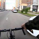 【事故】ロードバイクが車道を走るが右折してきた車に突っ込まれる衝撃映像