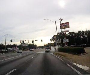 【衝撃】ドライバーが故意に水溜まりの水をホームレスの女性にかける衝撃映像