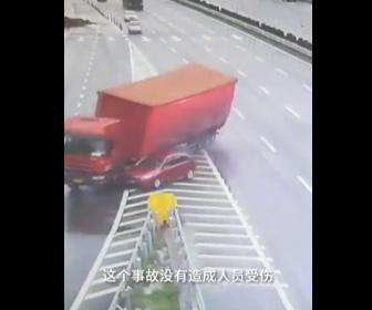 【事故】高速道路出口で無理に車線変更した車に大型トラックが激突してしまう衝撃映像