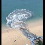 【衝撃】メキシコのキレイなビーチに汚染された水が大量に排出される衝撃映像