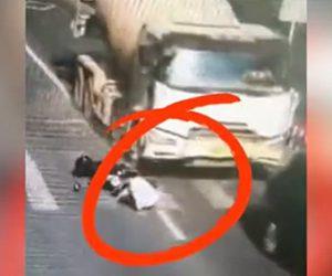 【事故】ミキサー車が停車している車に後ろから激突しスクーターで横断歩道を渡る男性が轢かれてしまう