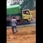 【衝撃】重い荷物を積んだトラックが坂道を登るが登り切れず…