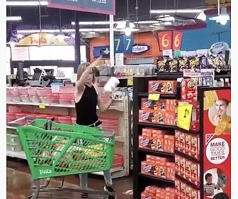 【衝撃】店で買い物中の女性がマスクを付けろと言われ怒りだし、商品を投げまくる衝撃映像