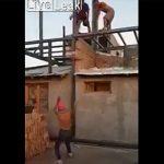 【衝撃】建物の上から重い袋を投げ下で男性が受け止めようとするが…