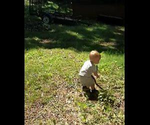 【衝撃】小さな男の子が木の棒と間違え大きなヘビをつかんでしまう衝撃映像