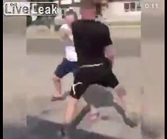 【閲覧注意動画】街中で無差別に銃を発砲している男に若者が立ち向かうが…