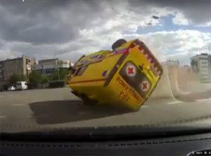 【事故】猛スピードの救急車が交差点で車と接触し突っ込んでくる衝撃映像