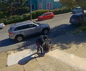 【強盗】歩道を歩く81歳おばあさんに車から降りてきた強盗が襲いかかる衝撃映像