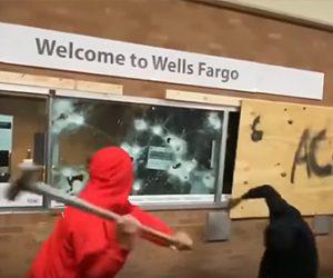 【衝撃】BLM運動の抗議者たちが銀行の窓ガラスを破壊、大勢が銀行に侵入する衝撃映像