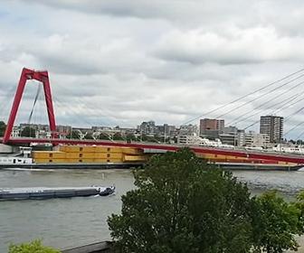【衝撃】巨大コンテナ船が橋の下を通ろうとするがコンテナが橋に激突してしまう衝撃映像