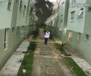 【衝撃】竜巻がマンションを直撃。走って逃げる男性にマンションの屋根が落下してくる衝撃映像