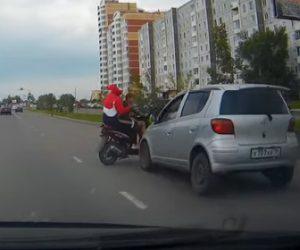 【事故】2人乗りバイクが道を譲られ右折しようとするが直進する車にはね飛ばされてしまう