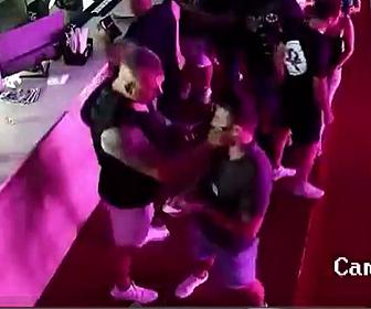 【暴行】バーでムキムキの男2人組に若い男性が絡まれ…