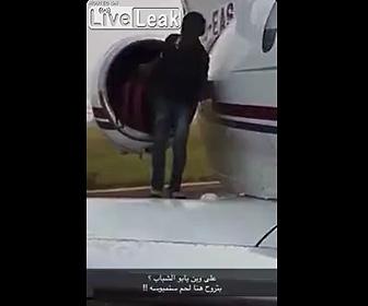 【衝撃】少年が飛行機に隠れて乗ろうとするが隠れる所を間違ってしまう衝撃映像