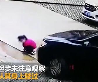 【事故】道で遊ぶ少女が母親が運転する車に轢かれてしまう衝撃事故映像