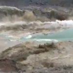 【衝撃】湖で巨大地すべりが発生し斜面にいた人達が必死に逃げる衝撃映像