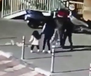 【衝撃】高層ビルから投げ捨てられたゴミが下を歩く少女に直撃してしまう衝撃映像