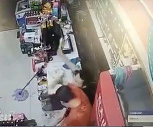 【強盗】店にナイフを持った強盗が押し入るが店員がビール瓶で強烈な反撃