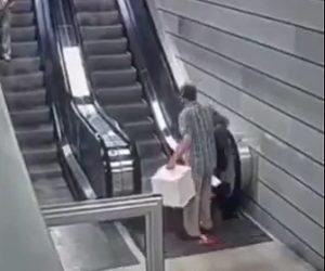 【衝撃】両手に荷物を持った男性がエスカレーターに乗ろうとするが床が抜けてしまう衝撃映像