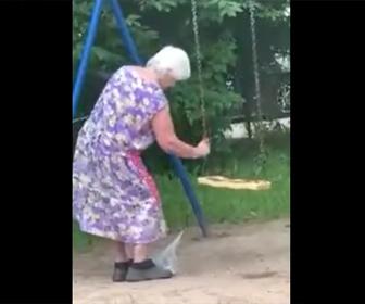 【衝撃】おばあさんが犬のフンをブランコに擦りつける衝撃映像