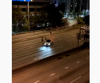 【衝撃】猛スピードの車が抗議者達をはね飛ばす衝撃映像