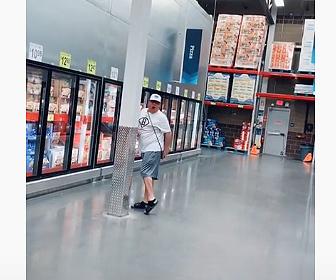 【衝撃】男が店内のマイクにオナラをし、店内にオナラの音が鳴り響く衝撃映像