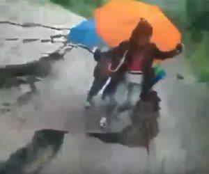 【動画】母親と息子が歩く地面が地すべりで割れてしまう衝撃映像