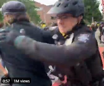 【衝撃】警察官が抗議者達に飛びかかり取り押さえる衝撃映像