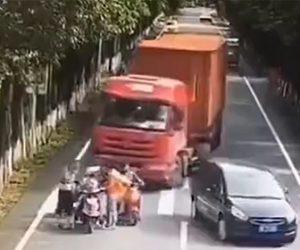 【事故】車道に停車しているスクーターを後続の大型トラックが避けようとするが…