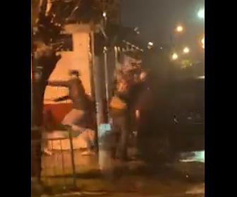 【暴行】ストリートでギャング達が大乱闘。鉄パイプで殴り車で突っ込む衝撃映像