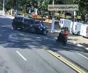 【事故】突然左折した車に対向車線にバイク2台が突っ込んでしまう衝撃事故映像
