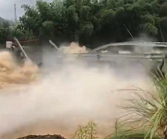 【衝撃】大雨で川の水位が上がり濁流で橋が崩壊してしまう衝撃映像