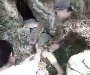 【動物】洞窟で男性が大蛇に襲われ村人が必死に助ける衝撃映像
