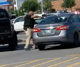 【衝撃】警察官が車で逃げようとする万引き犯に銃を撃ちまくる衝撃映像